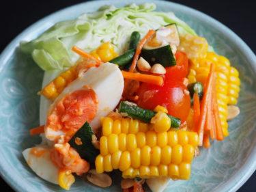 トウモロコシと塩卵のソムタム(ส้มตำข้าวโพดไข่เค็ม)